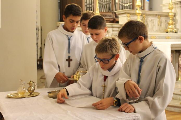 Elves participant à la messe