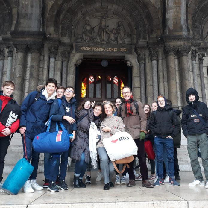 Groupe d'élèves devant la basilique de Paris